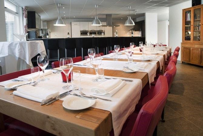 Lange tafel met stoelen in kookstudio voor 14 personen 't Volderke
